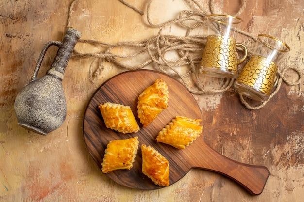 Draufsicht auf köstliches süßes gebäck auf holzoberfläche