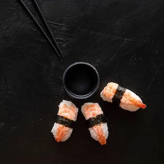 Draufsicht auf köstliches sushi mit kopierraum
