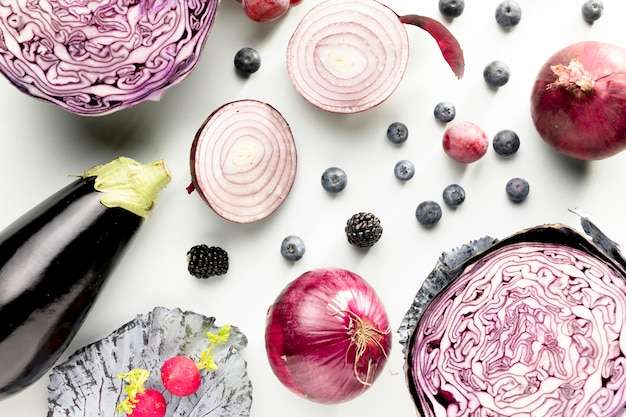 Draufsicht auf kohl mit zwiebeln und auberginen