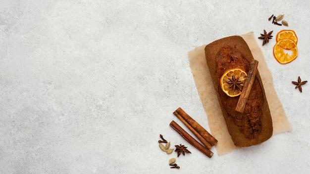 Draufsicht auf kuchenbrot mit kopierraum und getrockneten zitrusfrüchten