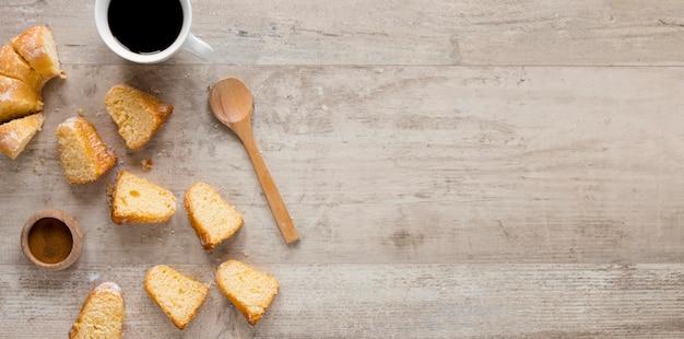 Draufsicht auf kuchenstücke mit kopierraum