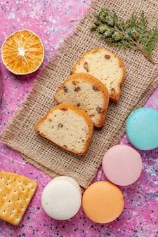 Draufsicht auf kuchenstücke mit macarons