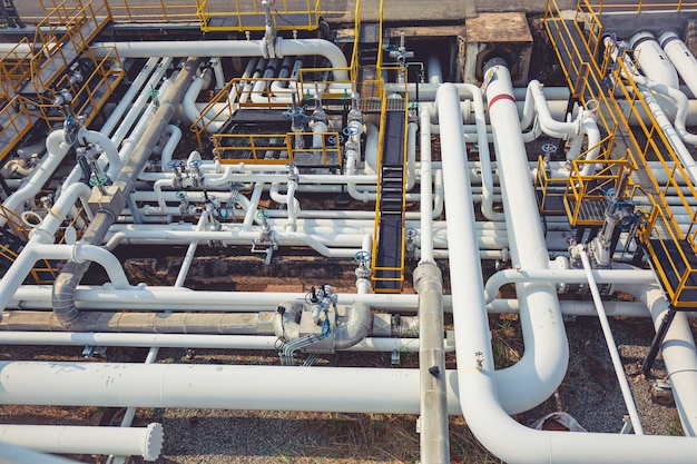 Draufsicht auf lange stahlrohre in der rohölfabrik während der raffinerie