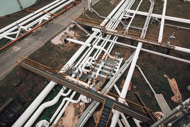 Draufsicht auf lange stahlrohre und ventilfabrik während der raffinerie petrochemie-industrie in der gas- und öldestillerie