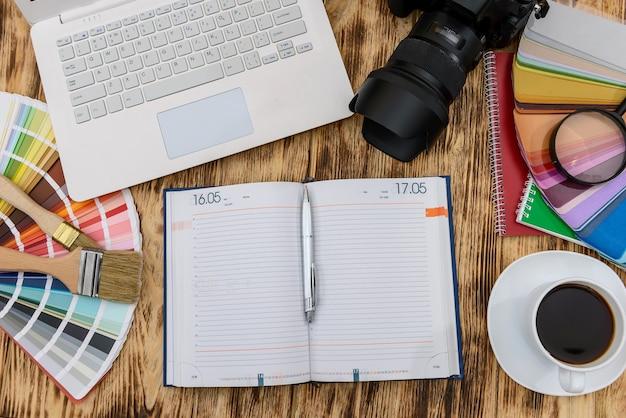 Draufsicht auf laptop, kamera und tagebuch