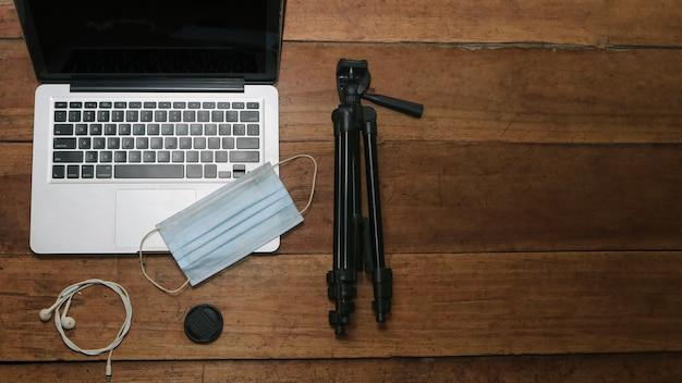 Draufsicht auf laptop-kopfhörermaske und stativ