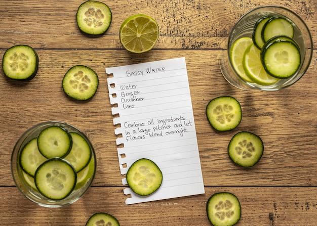 Draufsicht auf lebensmittelzutaten mit gurke und zitrusfrüchten