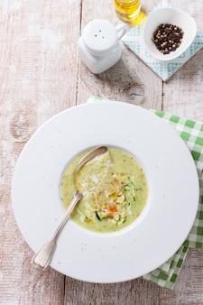Draufsicht auf leckere cremige suppe
