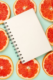Draufsicht auf leckere frische grapefruits auf hellblauer oberfläche Kostenlose Fotos