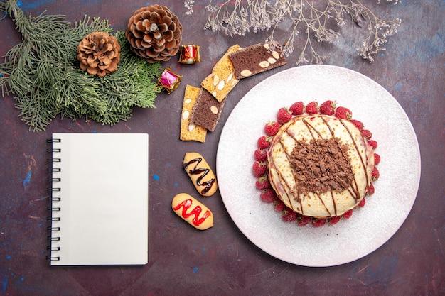 Draufsicht auf leckere fruchtige pfannkuchen mit gelee und erdbeeren auf dunkelheit