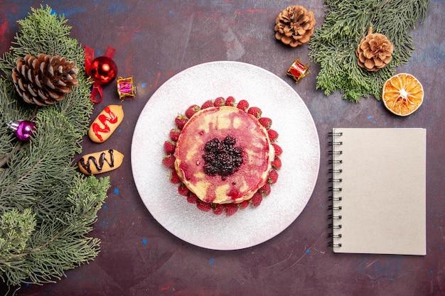 Draufsicht auf leckere geleepfannkuchen mit frischen erdbeeren auf dunkelheit