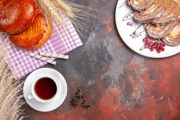 Draufsicht auf leckere kuchen, die mit roten beeren geschnitten werden