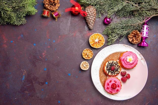 Draufsicht auf leckere kuchen mit früchten und sahne auf schwarz