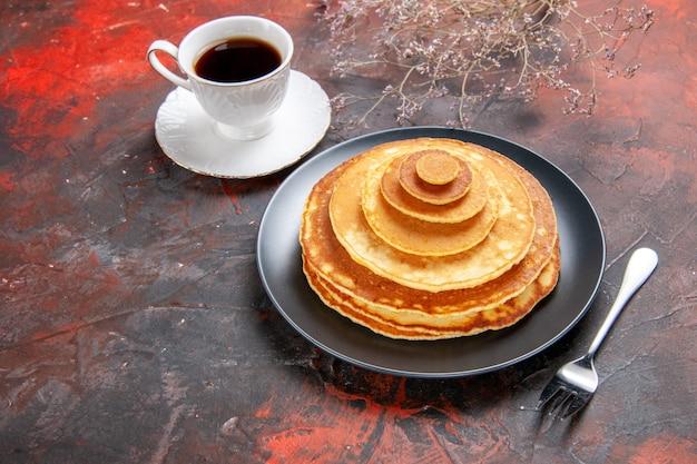 Draufsicht auf leckere pfannkuchen mit kaffee