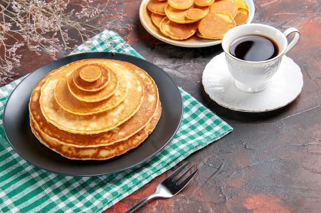 Draufsicht auf leckere pfannkuchen mit verschiedenen zutaten