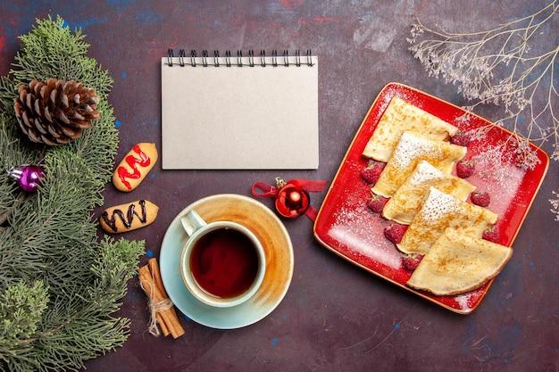 Draufsicht auf leckere süße pfannkuchen mit himbeeren auf schwarz