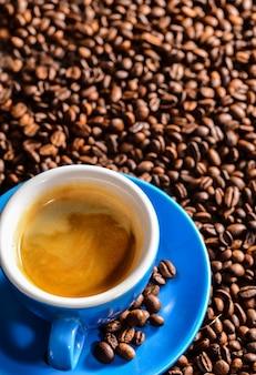 Draufsicht auf leckere tasse kaffee auf unscharfen hintergrund