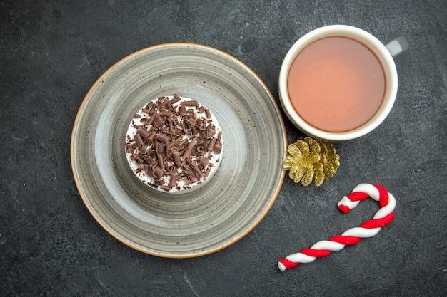 Draufsicht auf leckeren cremigen hausgemachten kleinen kuchen