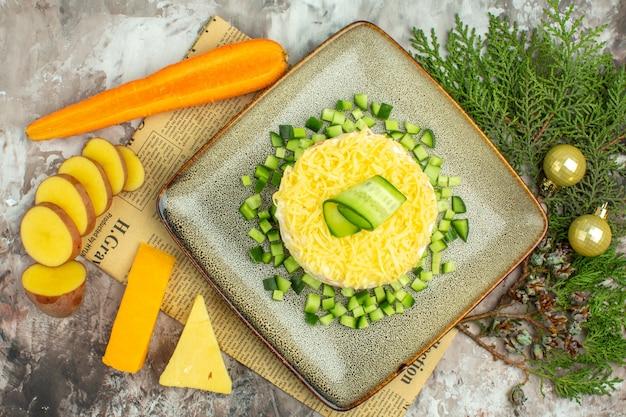 Draufsicht auf leckeren salat mit gehackter gurke auf einer alten zeitung