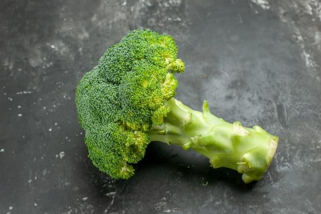 Draufsicht auf leckeren und gesunden frischen brokkoli auf grauem tisch