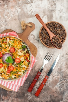 Draufsicht auf leckeren veganen salat mit verschiedenem gemüse