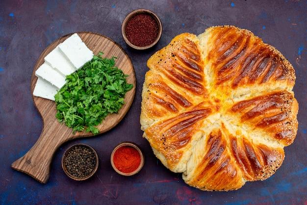 Draufsicht auf leckeres gebäck, das mit grün und weißem käse auf der dunklen oberfläche gebacken wird