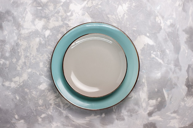 Draufsicht auf leere platten aus glas auf weißer oberfläche