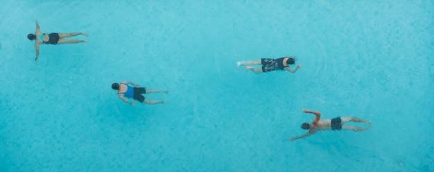Draufsicht auf leute, die im pool schwimmen