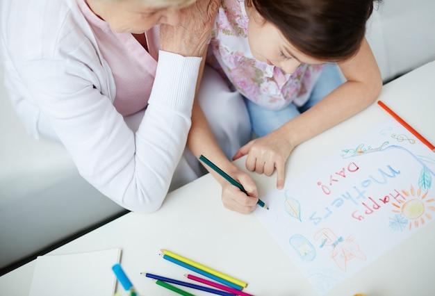 Draufsicht auf mädchen mit ihrer großmutter zeichnung