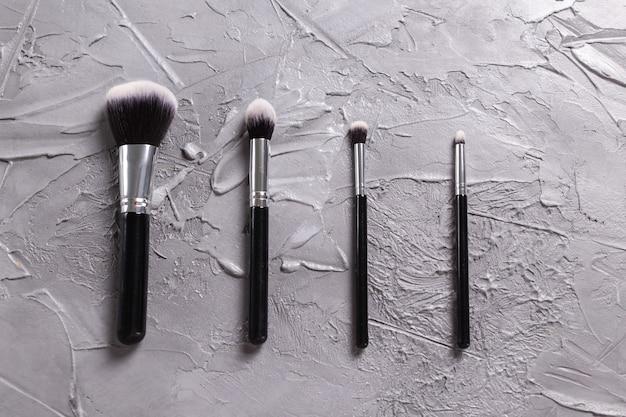 Draufsicht auf make-up-pinsel auf grauem hintergrund