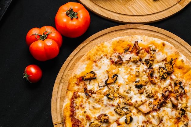 Draufsicht auf meeresfrüchtepizza mit garnelen, muscheln, calamari-tintenfisch und käse