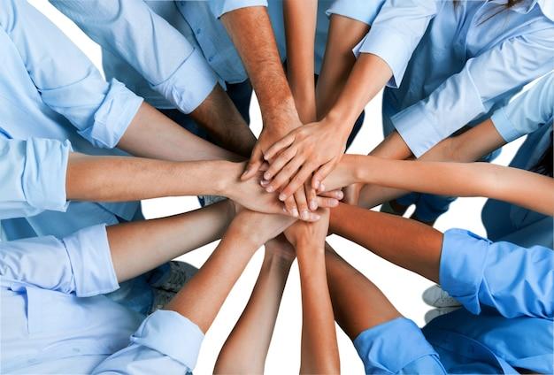 Draufsicht auf menschen im kreis mit ihren händen zusammen