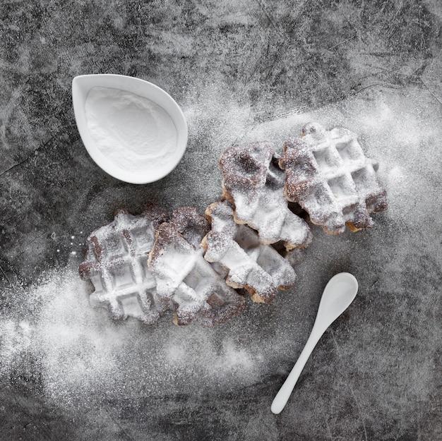 Draufsicht auf mit puderzucker bestäubte waffeln