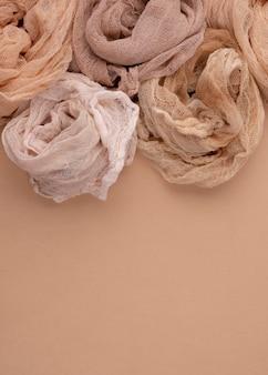 Draufsicht auf monochromatische tücher mit kopierraum