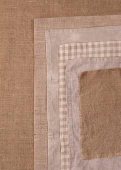 Draufsicht auf monochromatische tücher