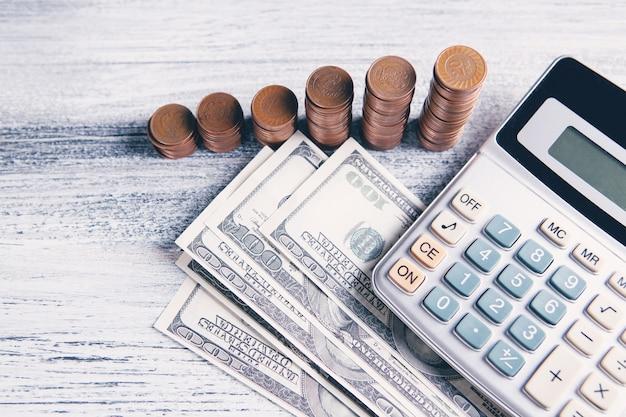 Draufsicht auf münzen, banknoten und taschenrechner