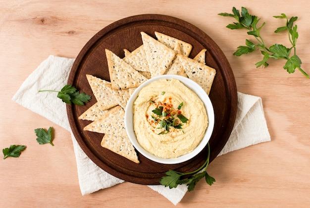 Draufsicht auf nacho-chips mit hummus