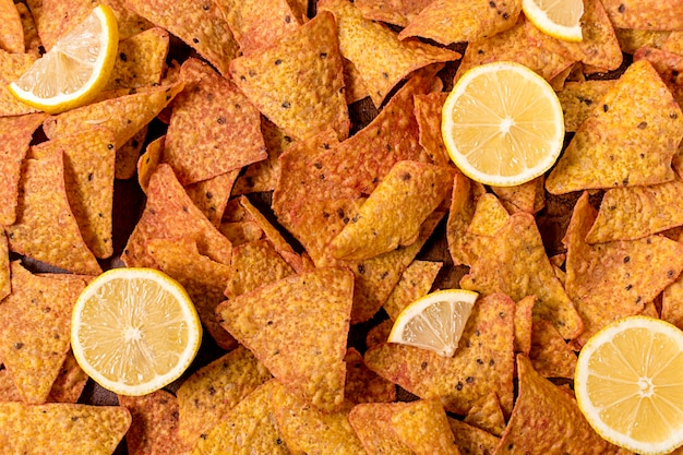 Draufsicht auf nacho-chips mit zitrone