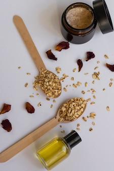 Draufsicht auf naturkosmetikprodukte mit hafer, trockenblumen und kräutern. wellness-schönheitsbehandlung. bio-gesundheitsprodukte