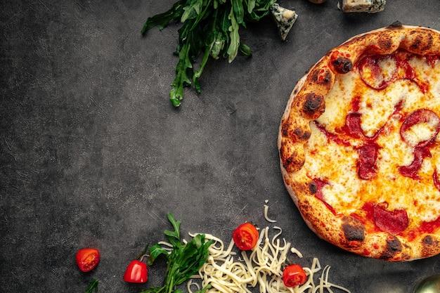 Draufsicht auf neopolitan frisch gebackene peperoni-pizza