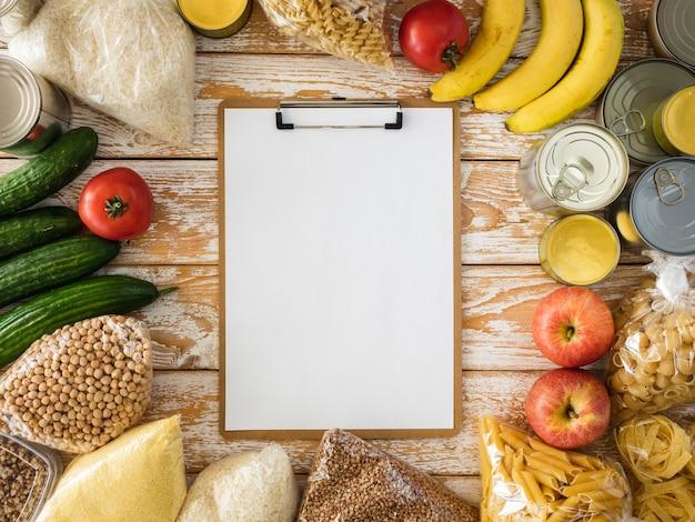 Draufsicht auf notizblock mit essen für spende
