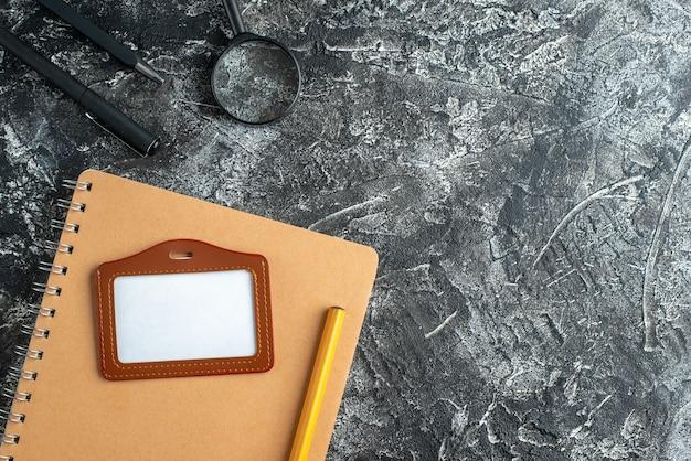 Draufsicht auf notizbuch, papieranhänger und bleistift