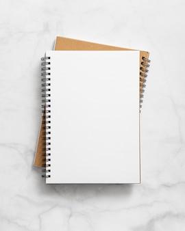 Draufsicht auf notizbücher auf tisch