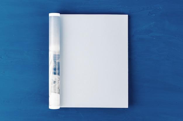 Draufsicht auf offene magazinseite mit kopierraum auf klassischer blauer oberfläche
