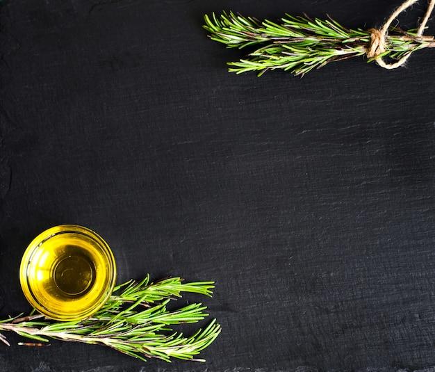 Draufsicht auf olivenöl und zutaten für einen gesunden vegetarischen salat
