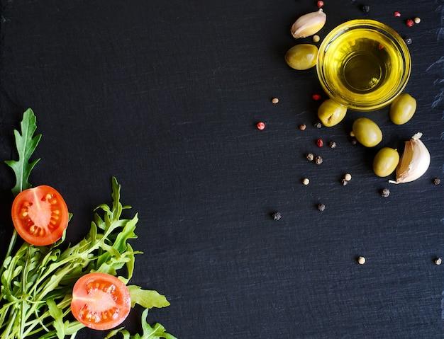 Draufsicht auf olivenöl und zutaten