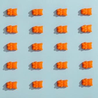Draufsicht auf ordentlich angeordnete gummibärchen