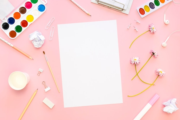 Draufsicht auf papier mit stiften und palette
