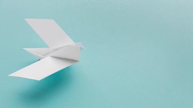 Draufsicht auf papiertaube mit kopierraum