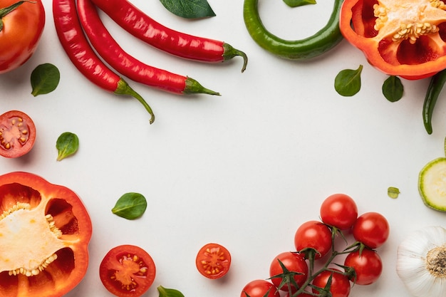 Draufsicht auf paprika mit tomaten und chilischoten